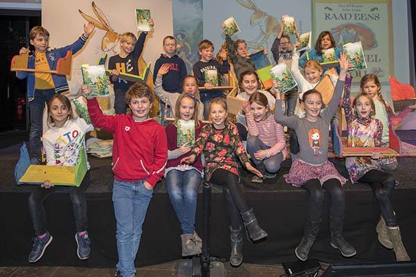 Kinderen ontvangen prentenboek