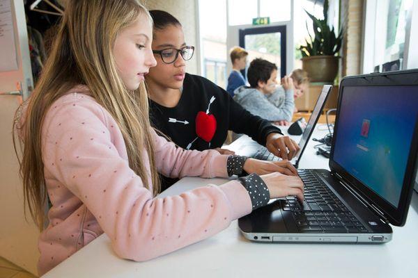 leerlingen met laptop